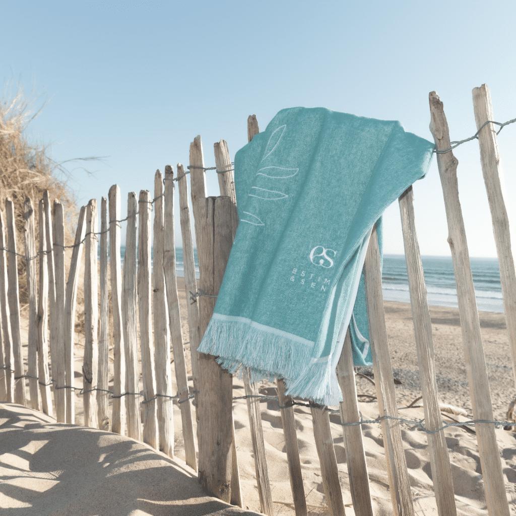 fouta estime&sens bleue sur la plage